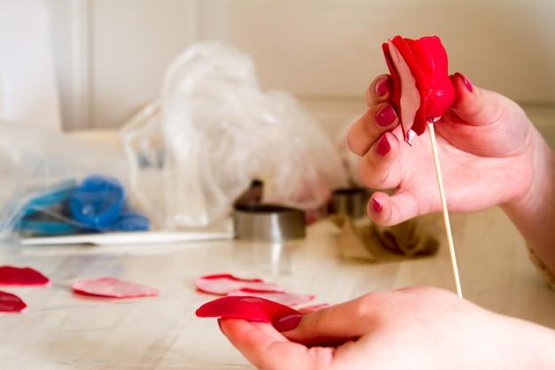 Decoração de confeitaria. baker fazendo casamento ou decorações de aniversário e figurinhas de maçapão Foto Premium