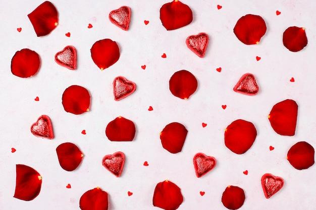 Decoração de dia dos namorados com pétalas de rosas, vista superior Foto gratuita