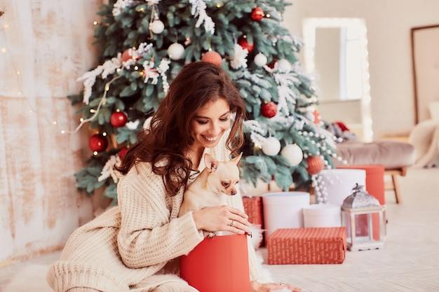 Decoração de feriados de inverno. cores quentes. encantadora mulher morena camisola bege Foto gratuita