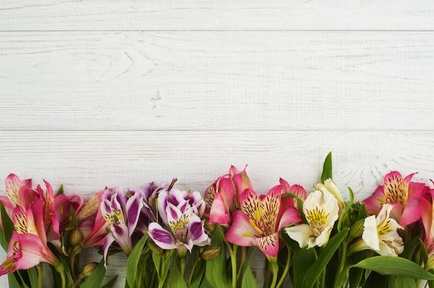 Decoração de flores sobre fundo de madeira Foto Premium