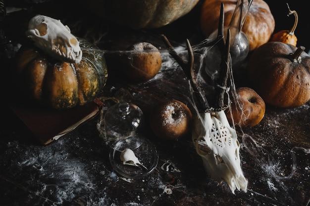 Decoração de halloween. abóboras velhas, romãs, maçãs Foto gratuita