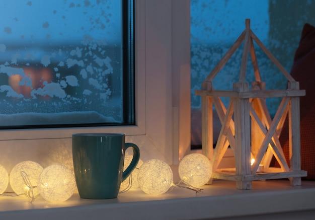 Decoração de inverno com velas e guirlanda Foto Premium