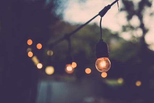 Decoração de lâmpada velha na festa ao ar livre. filtro retrô Foto Premium