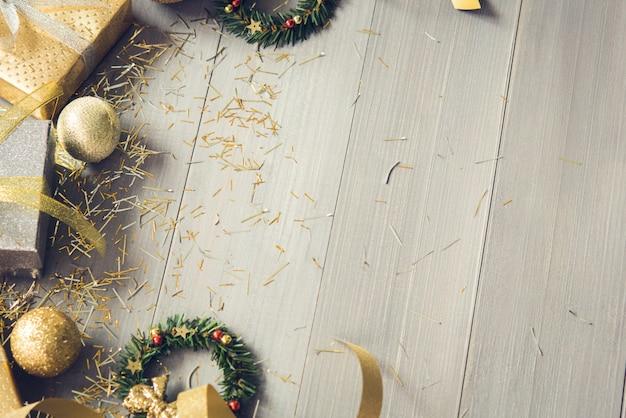 Decoração de natal brilhante itens sobre fundo de madeira com espaço de cópia Foto Premium