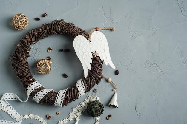 Decoração de natal com anel de vime, atacadores, asas de anjo Foto Premium