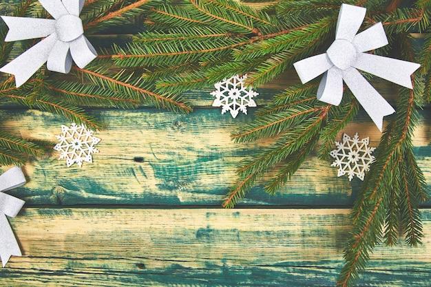 Decoração de natal com árvore de natal. cartão de felicitações Foto Premium