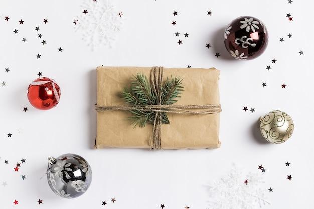 Decoração de natal composição presente caixa spruce brunch bolas glitter estrelas Foto gratuita
