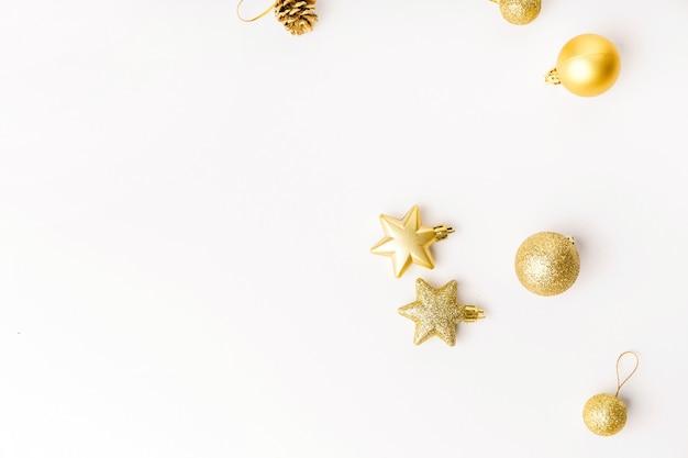 Decoração de natal dourada em branco Foto gratuita