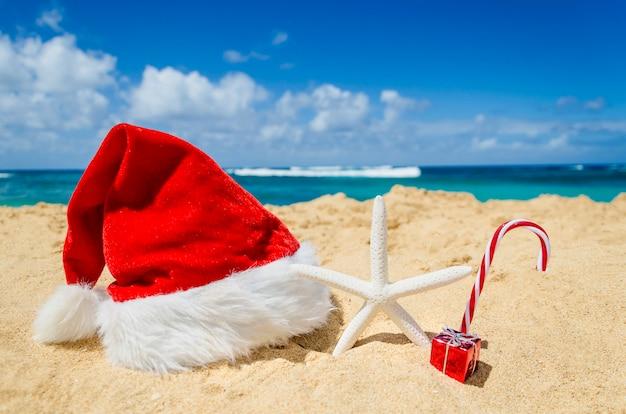 Decoração de natal e ano novo de praia tropical Foto Premium