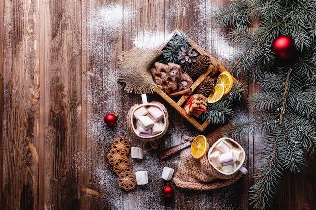Decoração de natal e ano novo. duas xícaras de chocolate quente, biscoitos de canela Foto gratuita