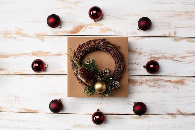 Decoração de natal e caixa de presente sobre a mesa de madeira. acima. Foto gratuita