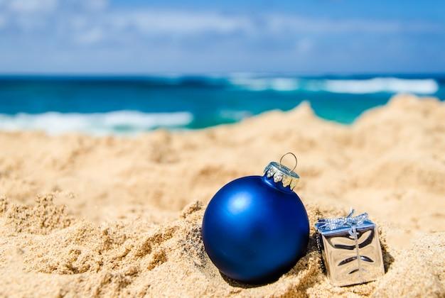 Decoração de natal e feliz ano novo na praia tropical Foto Premium