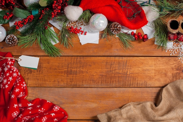 Decoração de natal no fundo da mesa de madeira com copyspace Foto gratuita