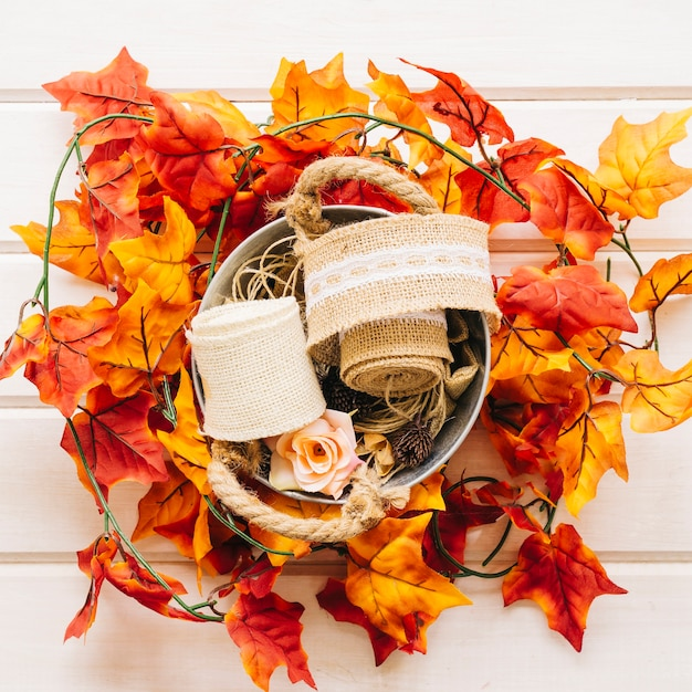 Decoraç u00e3o de outono com cesta em folhas de outono Baixar fotos gratuitas -> Decoração Festa Folhas De Outono
