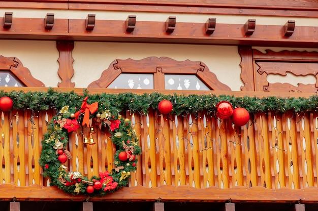 Decoração de ramos de abeto no mercado de natal em wroclaw, polônia Foto Premium
