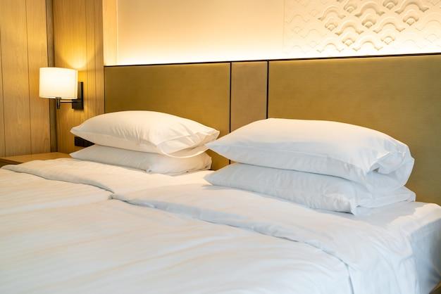 Decoração de travesseiro branco na cama Foto Premium