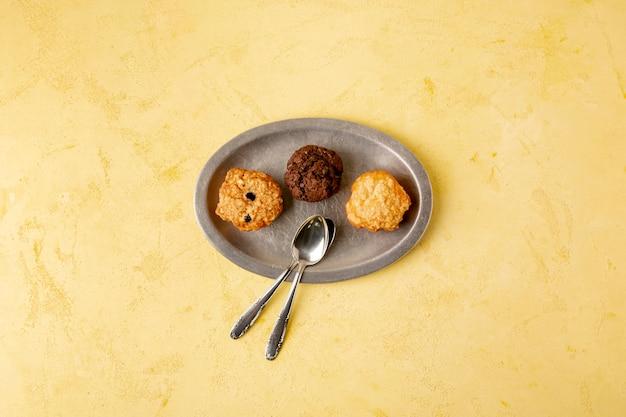 Decoração de vista superior com biscoitos e fundo amarelo Foto gratuita