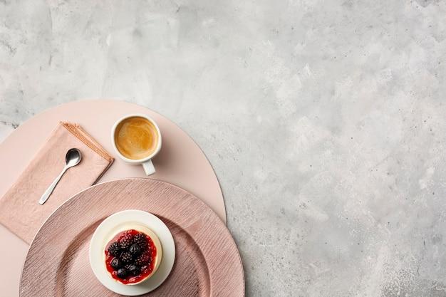 Decoração de vista superior com bolo e xícara de café Foto gratuita