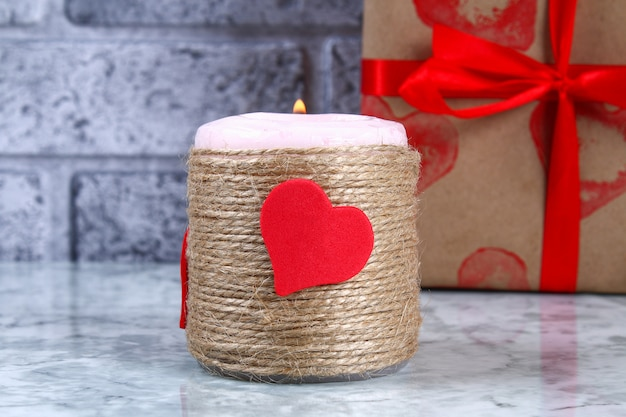 Decoração diy em 14 de fevereiro. um presente e uma vela para o dia dos namorados do-it-yourself. Foto Premium