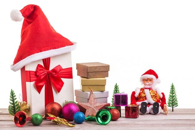 Decoração do ano novo ou do natal para o conceito do feriado na placa de madeira cinzenta. Foto Premium