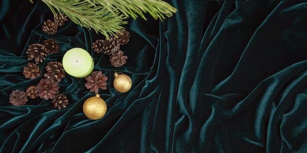 Decoração e enfeites de natal em fundo de veludo Foto Premium