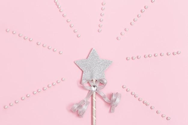 Decoração festiva estrela de prata brilhante com lantejoulas em fundo rosa suave Foto Premium