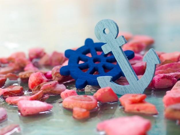 Decoração náutica com um leme e uma âncora, em uma textura branca, superfície, espaço, viagens, férias Foto Premium
