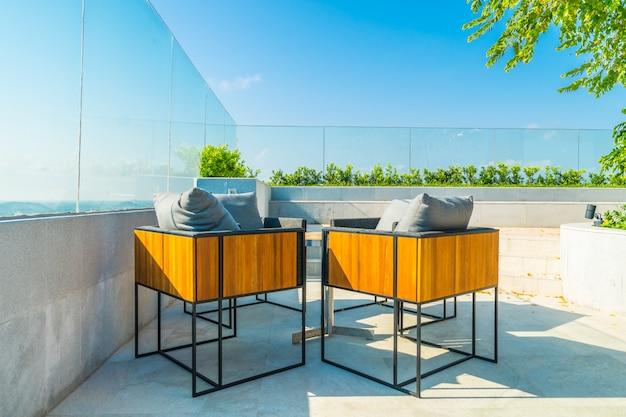 Decoração pátio ao ar livre com char e mesa Foto gratuita