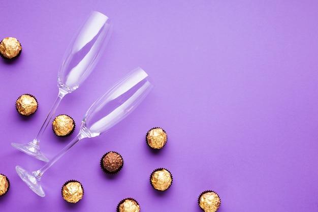 Decoração plana leiga com bolas de chocolate e copos Foto gratuita