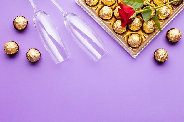 Decoração plana leiga com caixa de chocolate e cópia-espaço Foto gratuita