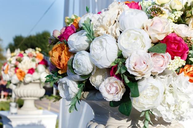 Decorações buquês de casamento de flores artificiais rosas e eustomas brancos Foto Premium