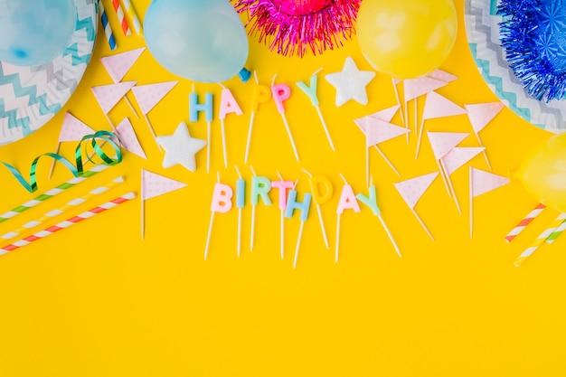 Decorações de aniversario e escrita a partir de velas Foto gratuita