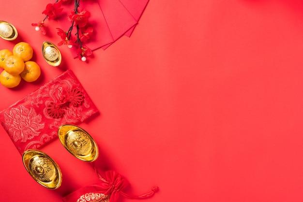 Decorações de ano novo chinês em fundo vermelho Foto Premium