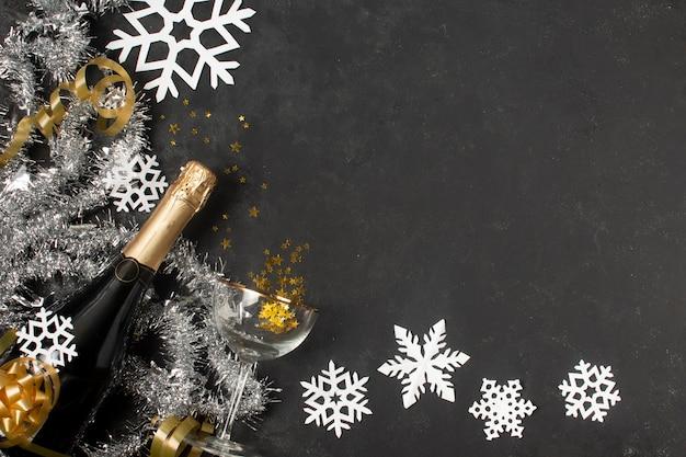 Decorações de ano novo e garrafa de champanhe Foto gratuita