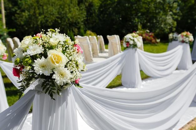 Decorações de cerimônia de casamento. buquê de flores Foto Premium
