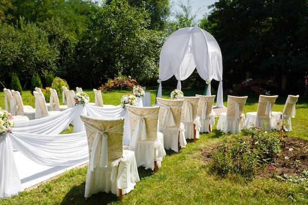 Decorações de cerimônia de casamento no parque em dia de sol Foto Premium