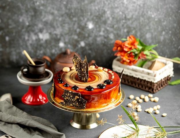 Decorações de chocolate e nozes de bolo de caramelo Foto gratuita