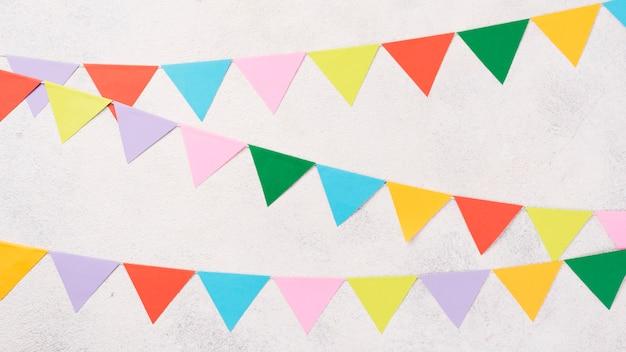 Decorações de festa colorida vista superior em fundo de estuque Foto gratuita