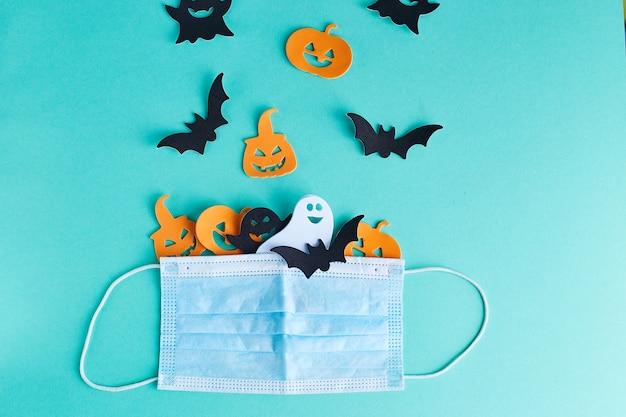 Decorações de halloween e máscara médica em turquesa Foto Premium