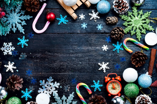 Decorações de natal bonitas na árvore do abeto Foto Premium