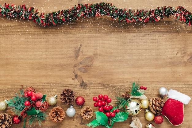 Decorações de natal com enfeites vermelhos e espaço para texto Foto gratuita