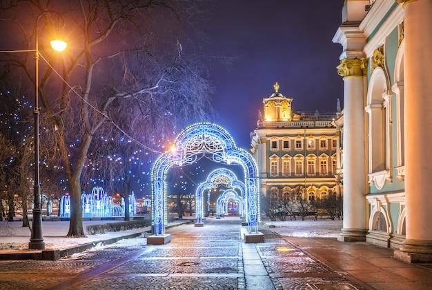 Decorações de natal em forma de arcos perto do hermitage em são petersburgo em uma noite de inverno Foto Premium