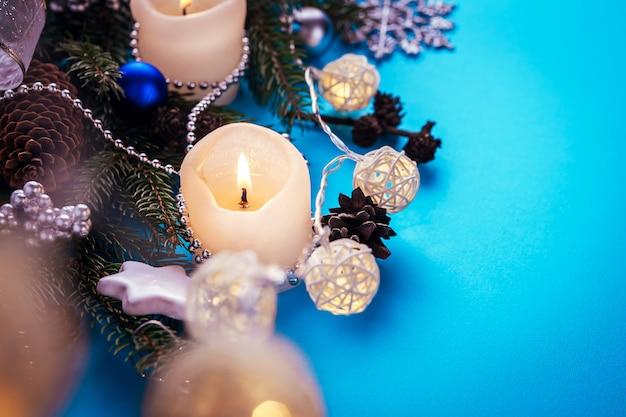 Decorações de natal em fundo azul Foto Premium