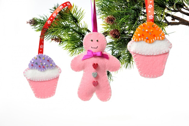 Decorações de natal na árvore de natal artesanal Foto Premium