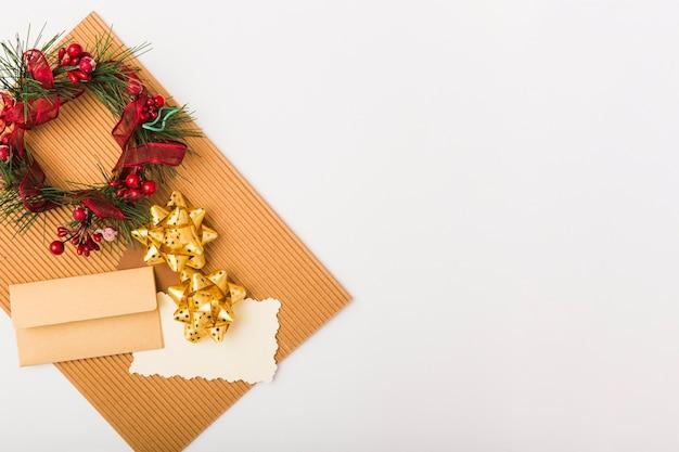 Decorações de natal no fundo branco Foto gratuita
