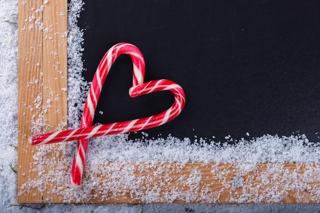 Decorações de natal, pirulito com forma de coração Foto Premium