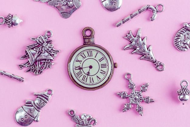 Decorações de natal prata com relógio retrô Foto Premium