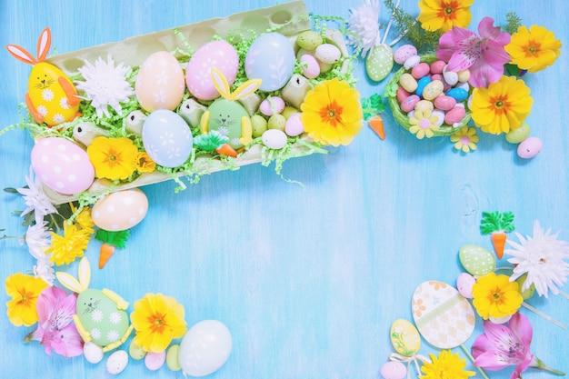 Decorações de páscoa com flores e ovos coloridos Foto Premium