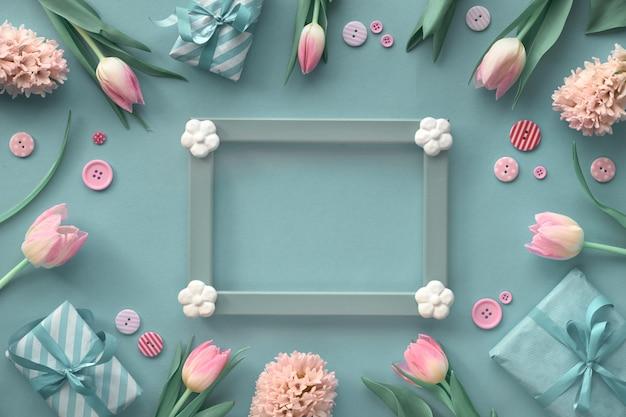 Decorações de tulipas cor de rosa, jacintos e primavera em torno da moldura de madeira com espaço de texto Foto Premium