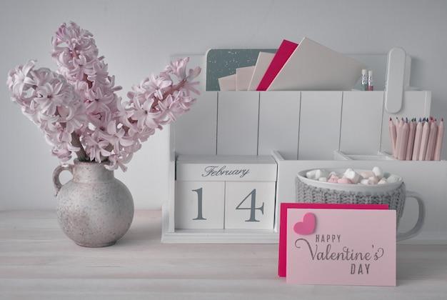 Decorações do dia dos namorados, organizador de mesa branca com cal de madeira Foto Premium
